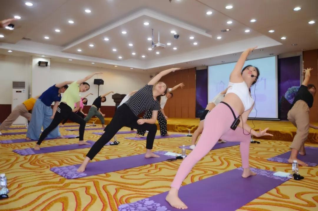 会员风采丨为客户服务客户,大易有塑联合金状元开展瑜伽体验课